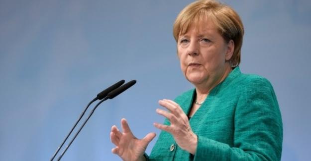 Merkel: AB ülkeleri kendi gelecekleriyle ilgilenmeli
