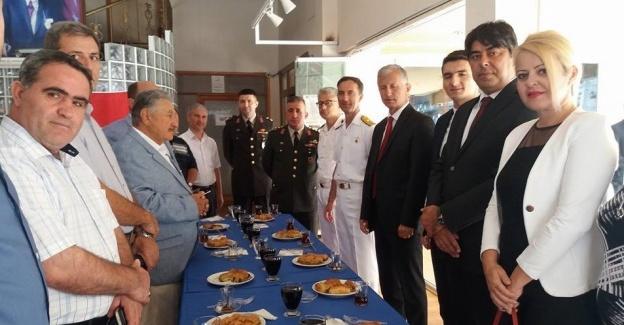 Foça'da protokol üyeleri birbiriyle bayramlaştı
