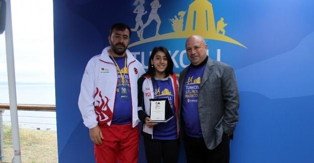 Turkcell Gelibolu Maratonu'nda Dünya Şampiyonu Mizgin Ay'a plaket