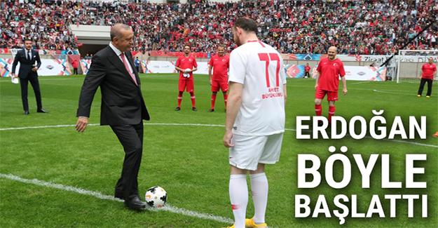 Cumhurbaşkanı Erdoğan 'Şöhretler Karması' maçını böyle başlattı!