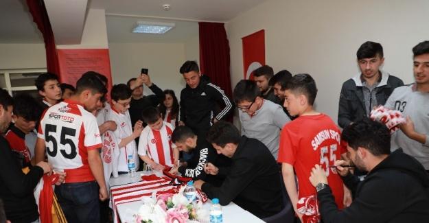 Futbolcular öğrencilere imza dağıttı