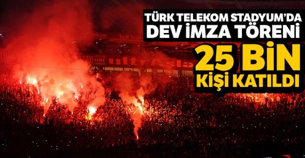 Türk Telekom Stadyum'daki imza törenine 25 bin kişi katıldı