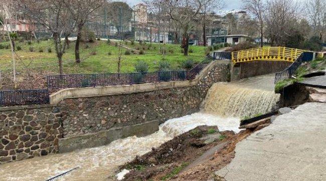 İzmir'de yoğun sağanak! Bornova Deresi'nin istinat duvarı yıkıldı