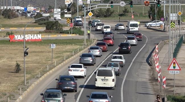 43 ilin geçiş noktasında trafik kilit!