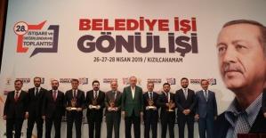 Cumhurbaşkanı Erdoğan'dan Belediye Başkanı Arı'ya ödül