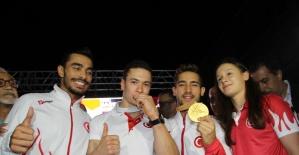 Dünya Şampiyonu Çolak, İzmir'de coşkuyla karşılandı