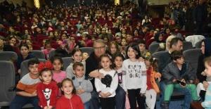 Başkan Çerçi miniklerle birlikte tiyatro izledi